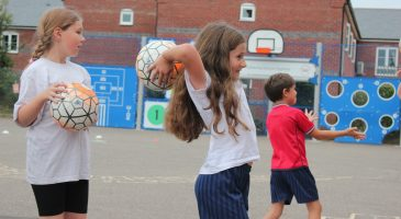 kids playing netball